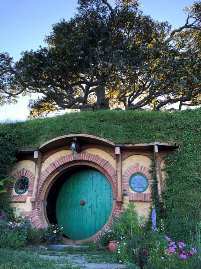 Sztuczne drzewo nad domem Bilbo Bagginsa.JPG