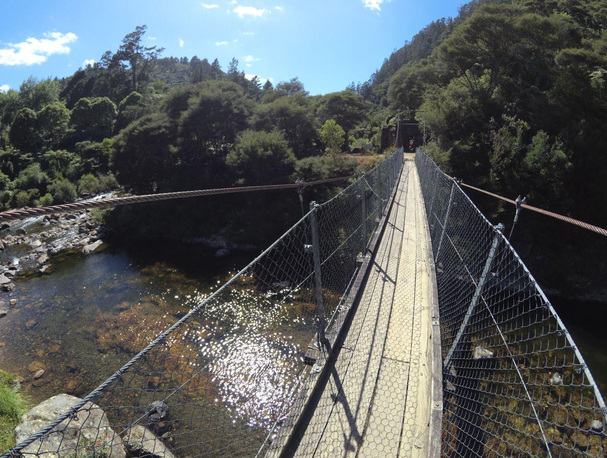 Wiszący most na szlaku w Karangahake.JPG