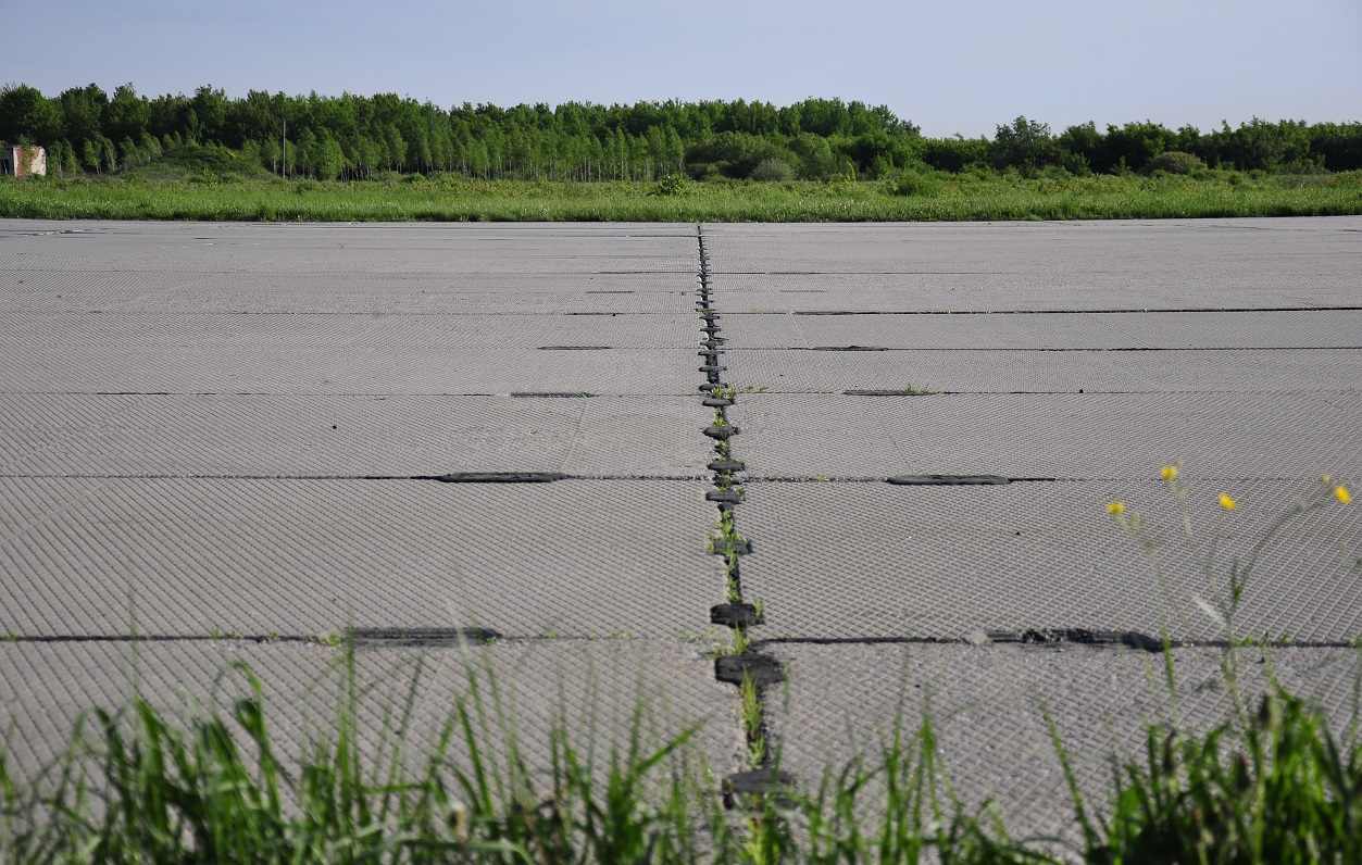 UKLI-IFO_airport_surface_covering.jpg