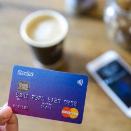 Karta, kawa i telefon na stole
